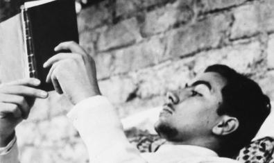 Una imagen de juventud de Antoni Tàpies leyendo un libro