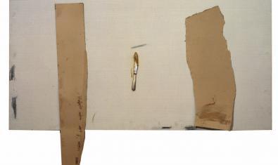 """Obra de Antoni Tàpies """"Cuchillo y trozos de cartón"""", 1971"""