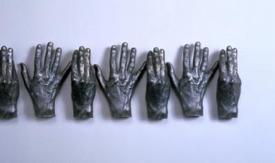 Una de las esculturas del artista muestra una serie de manos abiertas y cerradas alternativamente