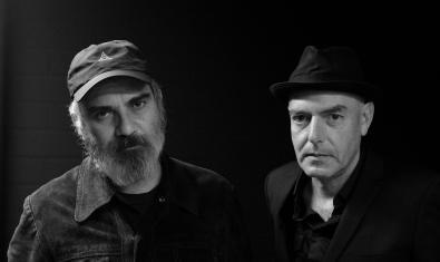 Els dos músics retratats en blanc i negre l'un amb una gorra i l'altre amb un barret