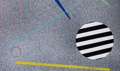 Una de las obras del artista con colores y figuras geométricas que aluden al asfalto de la ciudad