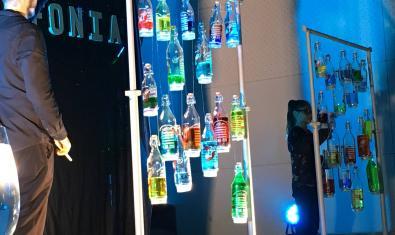 Fotografía de las botellas con líquidos de colores del concierto