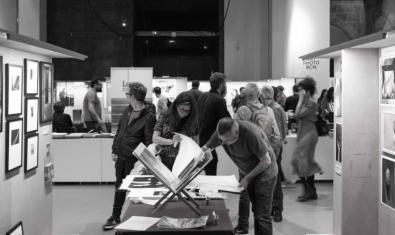 Unos visitantes en uno de los espacios expositivos de una edición anterior de esta cita fotográfica