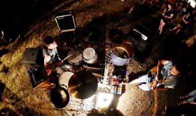 Els músics de la banda, tocant a l'aire lliure en una fotografia zenital
