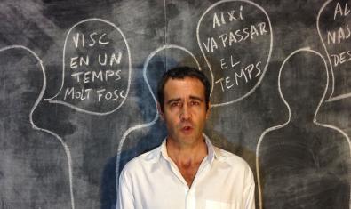 El actor Òscar Intento retratado ante una pizarra donde hay dibujadas unas siluetas humanas