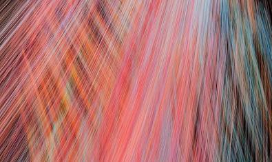 Una de las imágenes abstractas generadas por ordenador por la artista con numerosos rayos de luz de tonos rojizos