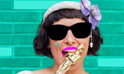 La protagonista del montaje con gafas de sol y mordiendo un Oscar