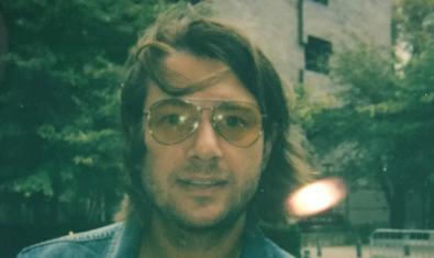 Retrat del músic amb ulleres i el cabell despentinat pel vent
