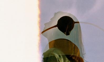Una fotografía que combina la imagen de la cabeza de una mujer y el perfil de una conocida escultura situada en la plaza de George Orwell