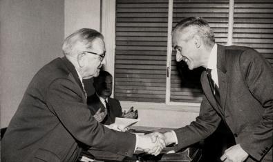 Badia i Margarit, a la derecha, en el año 1967, recibiendo el Premio Pompeu Fabra de manos del presidente del Institut d'Estudis Catalans, Jordi Rubió