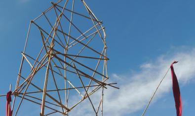 Fotografía de la estructura hecha con cañas