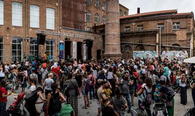 Una imatge del recinte de Fabra i Coats ple de gent durant la celebració de l'edició del BAM Cultura viva de l'any passat