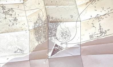 Una de les obres de l'exposició mostra el planol de la ciutat modificat
