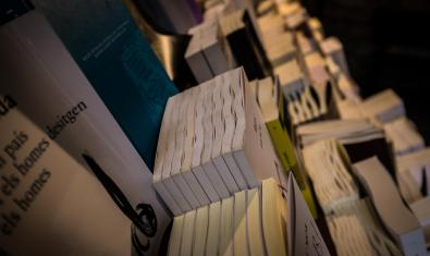 prestatgeries amb llibres