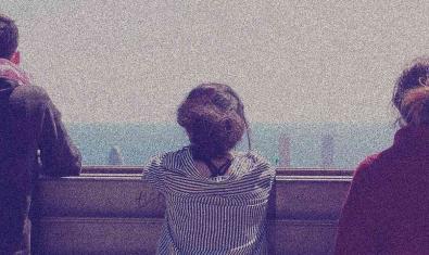 Imatge dels tres protagonistes d'esquena i mirant el paisatge de Barcelona