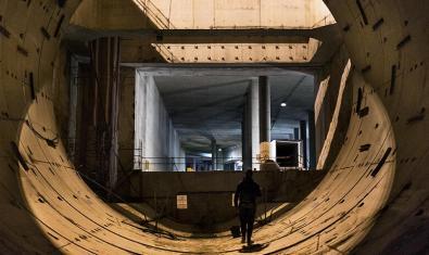 Una fotografía muestra a un autor de grafiti en el interior de un túnel del metro