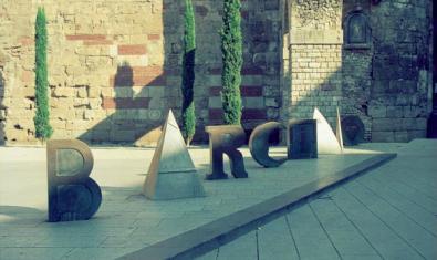 'Bàrcino', una de les obres de Brossa que es visiten en la ruta