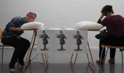 La instal·lació de l'artista Violeta Ospina mostra dues noies preparant-se per dormir sobre una taula