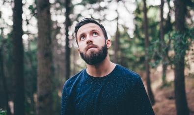 El artista Dani Belenguer, conocido como Bearoid, retratado en un bosque