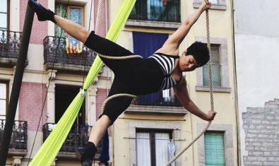La especialista en teatro aéreo suspendida ante un edificio de Ciutat Vella