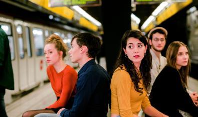 Els sis protagonistes de la funció retratats en una estació del metro de Barcelona