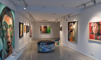 Vista de la Montana Gallery amb les obres de Belin penjades a les parets