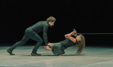 Los dos intérpretes y creadores de la compañía La Intrusa en un momento de la representación