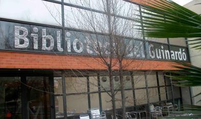 Façana de la biblioteca on es du a terme el cicle literari