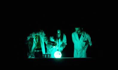 Imagen de científicos de la compañía Big Van en plena actuación