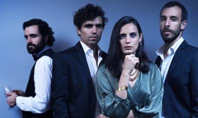 Los tres actores y la actriz protagonistas retratados mirando a cámara