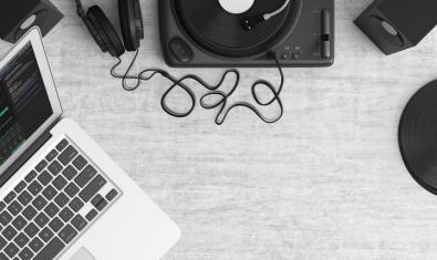 Un ordenador y un equipo de música son elementos imprescindibles para este juego musical