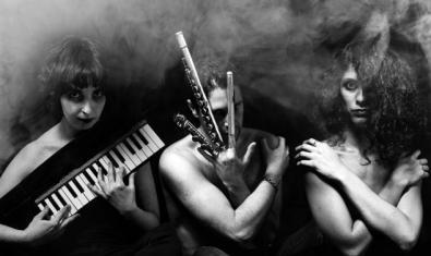 Las tres componentes del grupo retratadas en blanco y negro y entre la niebla con sus instrumentos