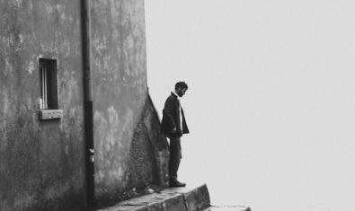 El artista retratado en blanco y negro en lo alto de unas escaleras