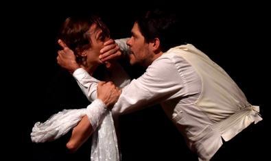 Clara Segura i Ivan Benet en un dels molts moments de tensió de l'obra. © Bito Cels