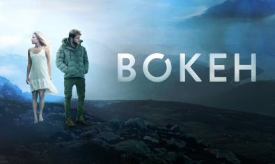 El cartel del film Bokeh muestra a dos jóvenes en un paisaje desérticoç