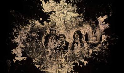 Retrato de los integrantes de la banda, sobre un fondo de fantasía psicodélica
