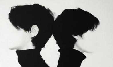 Part d'una pintura de l'artista on es veiuen dues figures sense rostre vestides de negre i esquena contra esquena