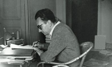 Joan Brossa escribiendo