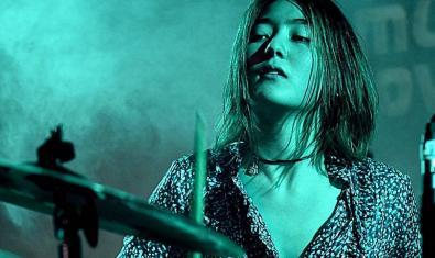 Retrato de Nana Nakanishi la baterista de origen japonés de esta joven banda emergente barcelonesa