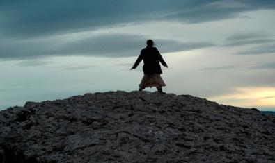Un fotograma del film que muestra la silueta de una persona sobre una montaña