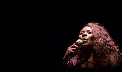 La artista mallorquina con el cabello largo y un micro en la mano en plena actuación