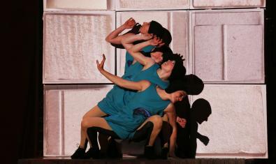 Fotografia de l'espectacle amb les actrius a l'escenari