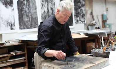 David Lynch trabajando. Fotografía de © Item éditions
