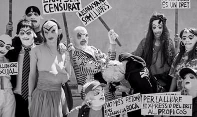 Retrato de grupo de este colectivo teatral con máscaras y disfraces