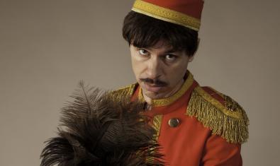 Retrato de un botones de hotel que es uno de los personajes que intervienen en el cabaret