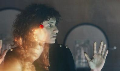 Una visitant es mira una part de la instal·lació en la qual es projecta la imatge d'una bailaora