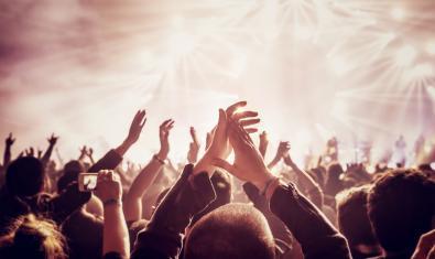 Personas aplaudiendo en un concierto