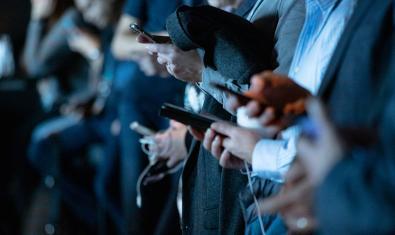Personas con teléfonos móviles