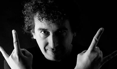 Retrat en blanc i negre del cantautor fent un gest irreverent