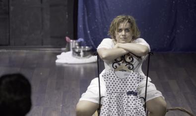 L'actriu protagonista amb els ulls pintats de negre i asseguda en una cadira